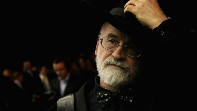 "Illustration for article titled En 1995, Terry Pratchett predijo las ""fake news"" de Internet y Bill Gates no le creyó"