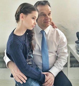 Illustration for article titled Mi jöhet még? Lajhárral vagy embrióval fotózkodik legközelebb Orbán?