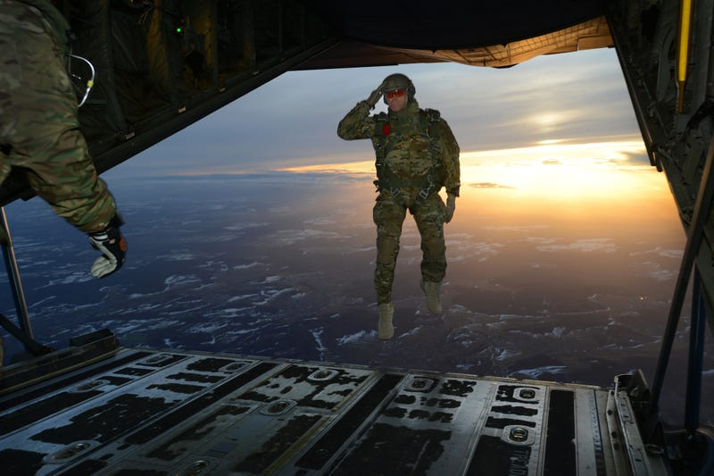 Illustration for article titled This photo of a soldier suspended in midair is so badass it looks fake
