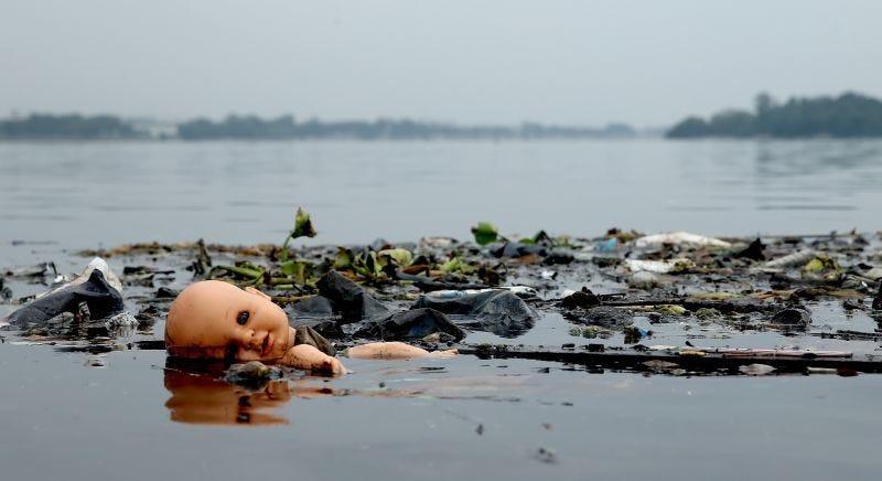 Aguas contaminadas en la Bahía de Guanabara. Imagen: AP