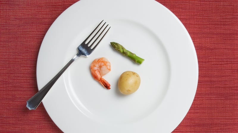 Illustration for article titled Thinking about eating healthy leads to choosing smaller portions, says study from University Of Duhhh