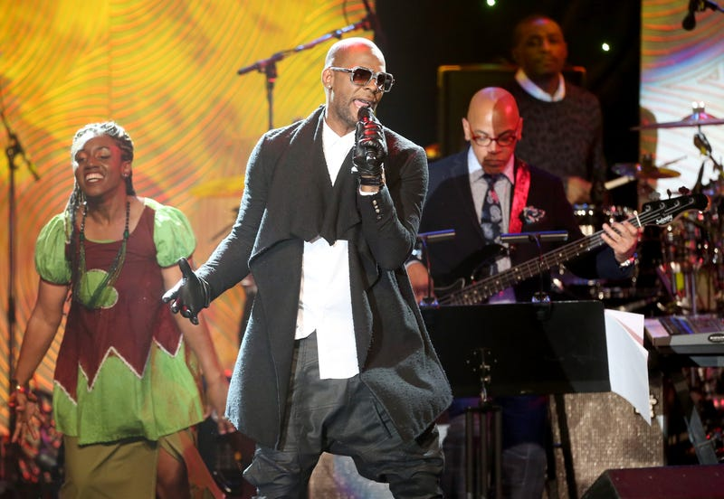 Illustration for article titled Report: FBI Investigating R. Kelly for Arranging Cross-Country Flight for Underage Girl