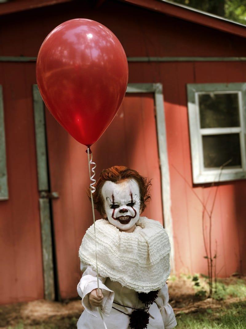 Niño se disfraza de Pennywise, el payaso de Eso, y el resultado es aterrador