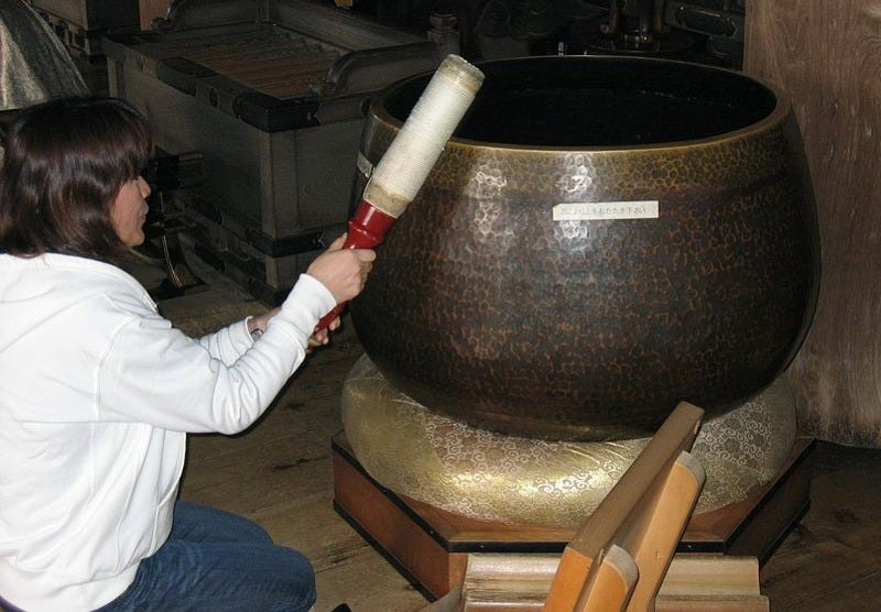 Illustration for article titled This is Why You Sometimes Get Chatter in Your Tibetan Singing Bowl