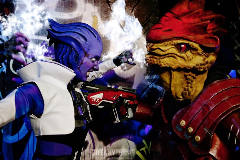Illustration for article titled Amazing Mass Effect cosplay that tells an unseen story of Aria vs Wrex