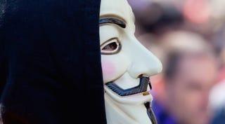 Illustration for article titled Condenado a cárcel un peculiar miembro de Anonymous: 66 años de edad