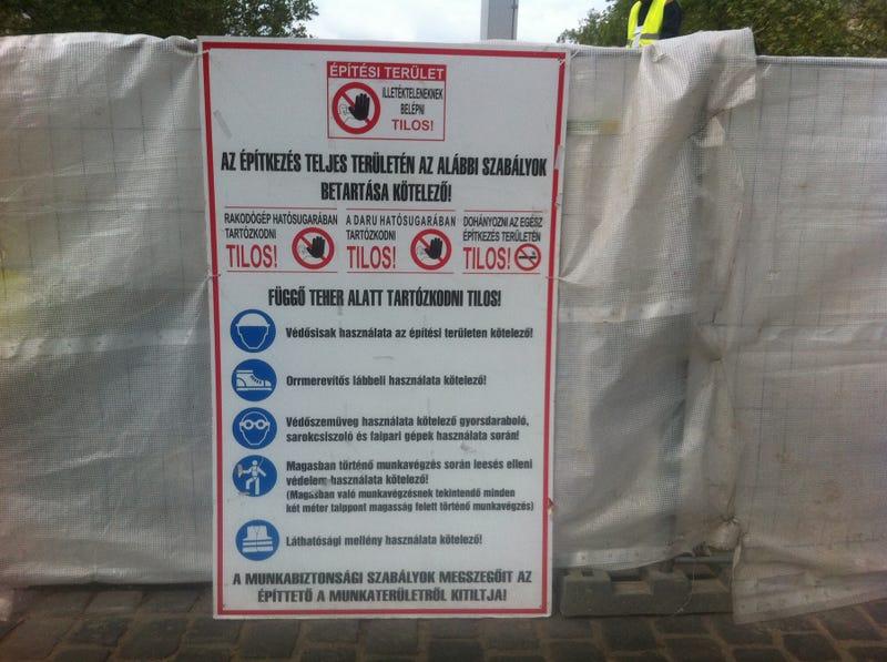 Illustration for article titled Szkinhedbakancs nélkül nácimegszállás-emlékművet építeni tilos!