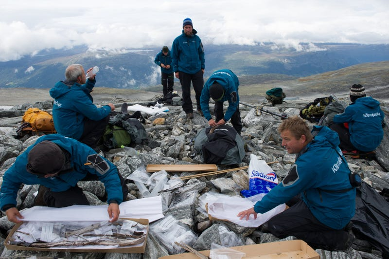 There are hundreds of finds on some of the sites. Packing of finds after one day's survey. Photo: Johan Wildhagen/Palookaville