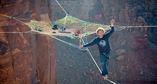 Illustration for article titled Guys hang huge hammock in the middle of 400-foot-high canyon void