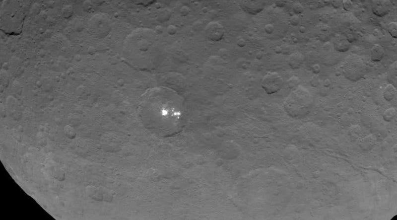 Illustration for article titled Még mindig nem tudjuk, hogy pontosan miért csillog a Ceres