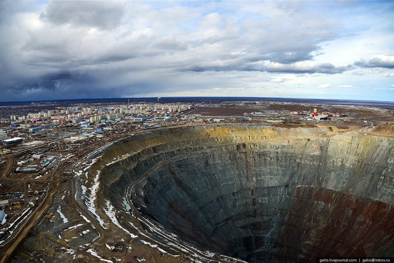 Illustration for article titled The Nearly Mile-Wide Diamond Mine That Helped Build the Soviet Union