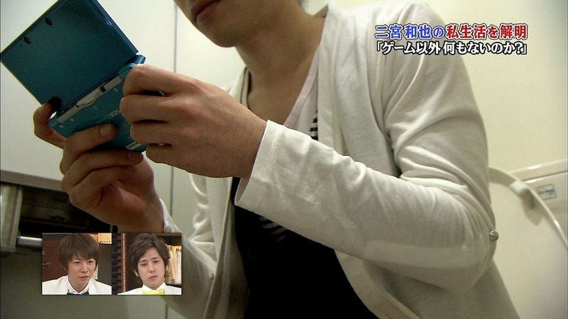Illustration for article titled Japanese Nintendo 3DS Pitchman Shows His Toilet Gaming