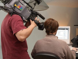 Illustration for article titled CNBC Cameraman Can't Believe He's Filming Another Blog Off A Computer Monitor