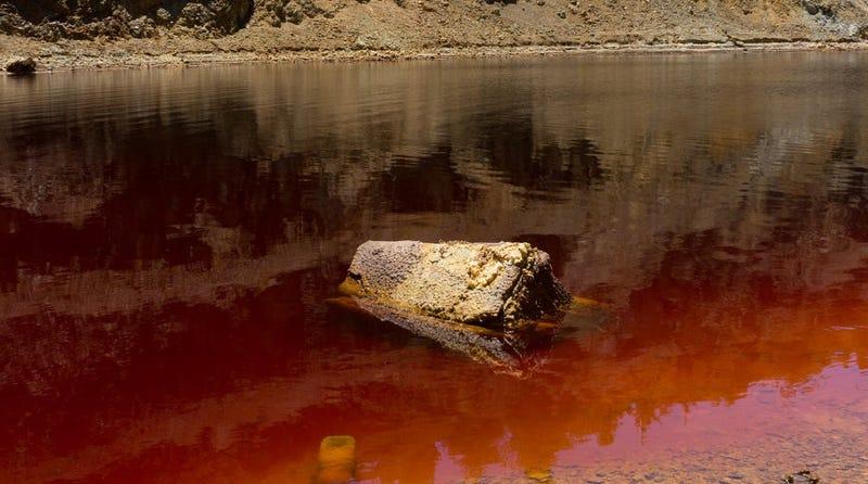 Youtuber se cuela en un lago y filma una extraña maleta flotando. Dos años después descubre que podría contener un cadáver