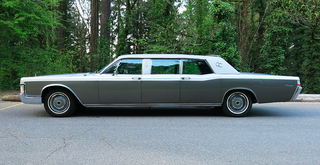 Illustration for article titled Create Your Own Motorcade with this Presidential Limo and Parade Car