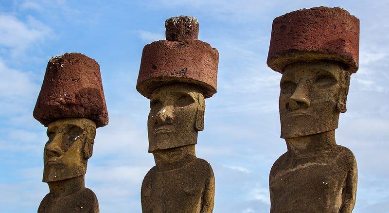 Tres moai con sus tocados pukao