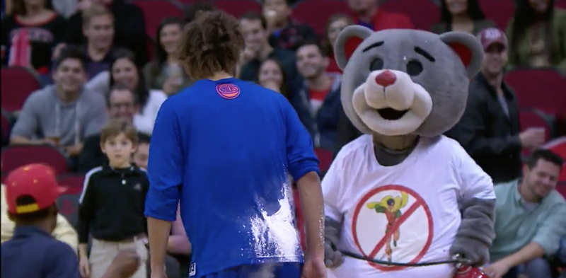 Illustration for article titled Fire Extinguisher Becomes Weapon In Fight Between Robin Lopez And The Rockets Mascot