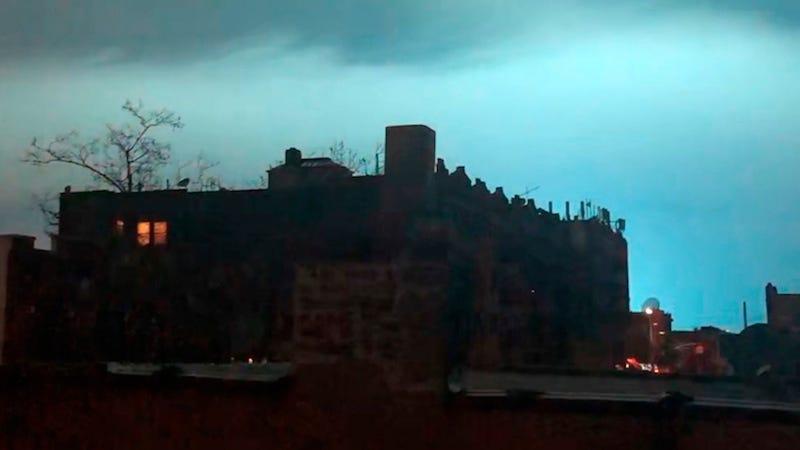 Los cielos de Nueva York se llenaron de una extraña luz azul esta semana después de un incidente eléctrico.