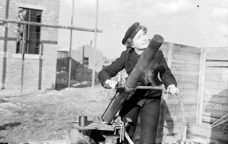 Fotografía promocional del ejército británico mostrando una voluntaria disparando el proyector Holman. Foto: Wikipedia