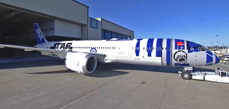 Illustration for article titled Watch ANA Airlines Roll Out The R2D2 Star Wars Themed 787 Now!