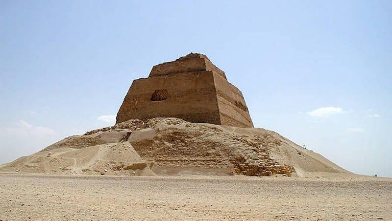 Encuentran el esqueleto de una adolescente junto a la misteriosa pirámide de Meidum en Egipto