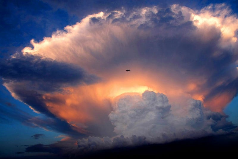 Illustration for article titled This Spectacular Storm Cloud Is So Dramatic That It Looks Like a Nuclear Explosion