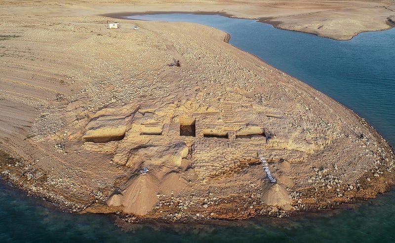 Illustration for article titled La sequía revela un palacio perdido perteneciente a una misteriosa civilización en Irak