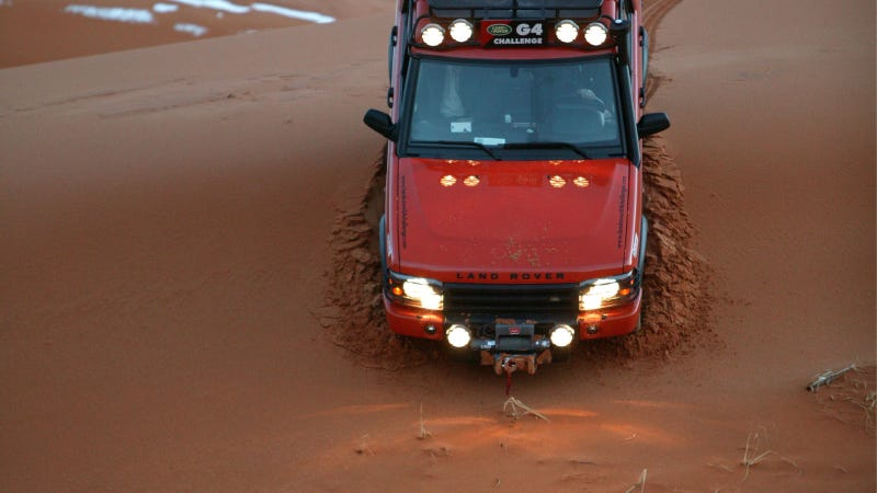 Illustration for article titled America's Last Land Rover Discovery Poses On A Dune Descent