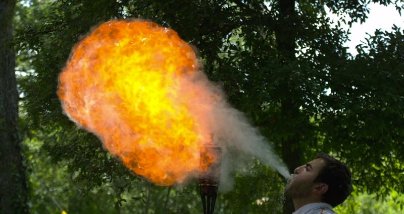 Illustration for article titled El espectacular arte de escupir fuego, a cámara súper lenta