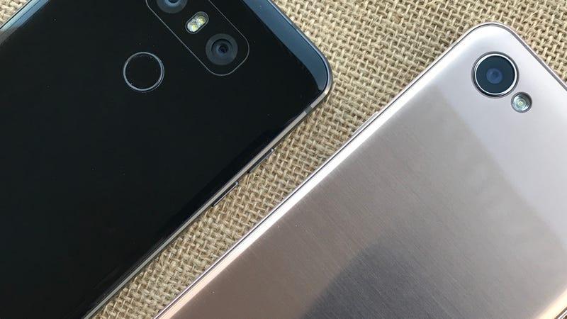 Un LG G6 junto a un LG Q6. Imagen: Matías S. Zavia/Gizmodo
