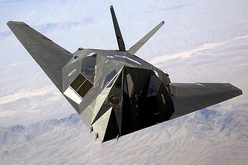 Un F-117A sobrevolando la base de Nevada. Foto: Wikipedia