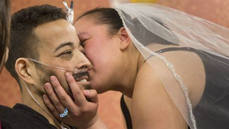 Illustration for article titled Hospital Throws Tear-Jerker of a Surprise Wedding for Cancer Patient