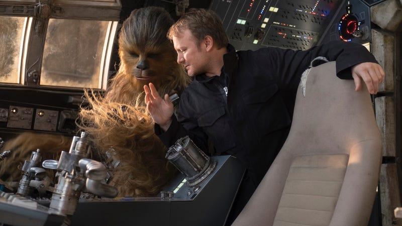 Rian Johnson, director de The Last Jedi, junto a Chewbacca a bordo del Halcón Milenario.