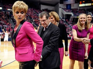 Illustration for article titled Why Is Geno Auriemma Tapping Baylor Coach Kim Mulkey's Ass In This Photo?