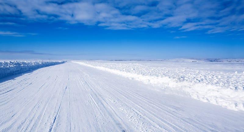 Illustration for article titled Caminos de hielo: así conducen camiones sobre lagos helados en Canadá