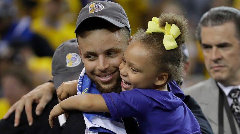 Dawwwww, Stephen Curry hugs his daughter Riley.