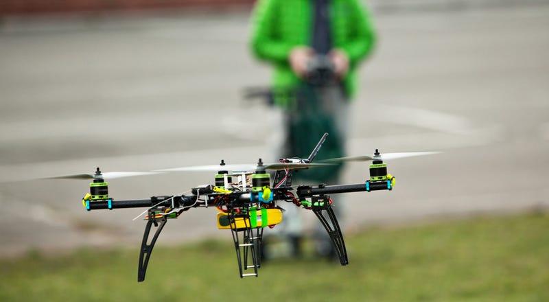 Illustration for article titled ¿Qué ocurre si un dron es absorbido por el motor de un avión?