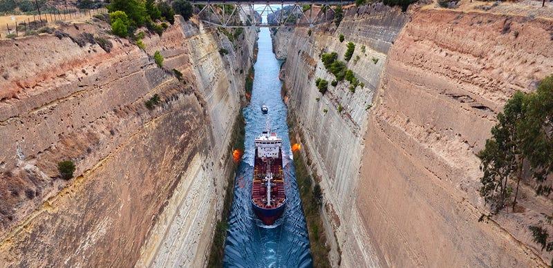 Illustration for article titled Cuando los barcos navegan por tierra firme: 7 canales marítimos espectaculares