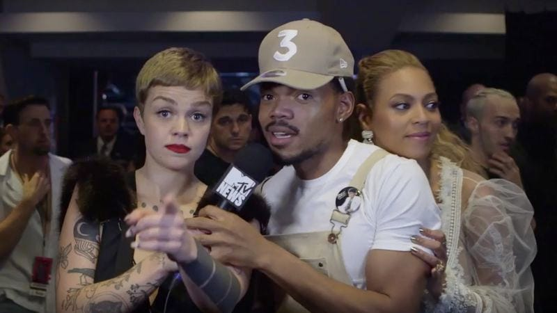 Illustration for article titled Beyoncé blesses Chance the Rapper with backstage VMAs videobomb
