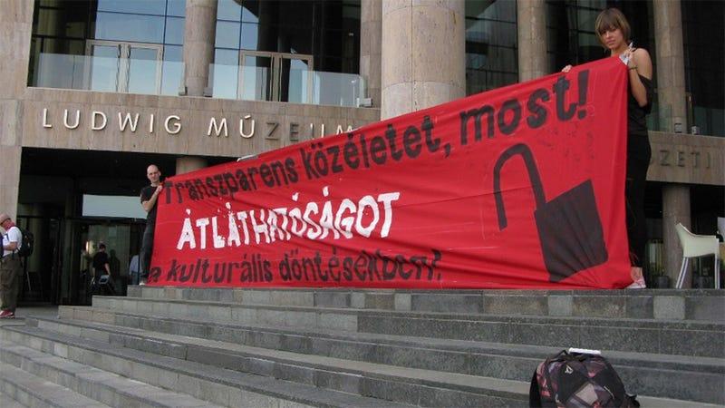 Illustration for article titled Átlátható kulturális életért tüntetnek civilek a Ludwignál