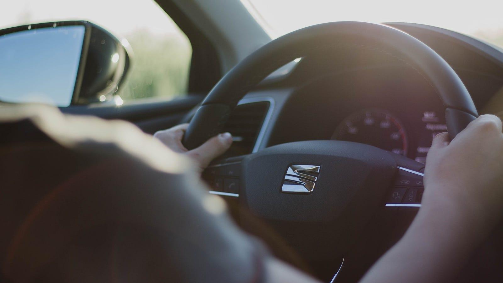 Cómo colocar las manos sobre el volante del coche para conducir mejor en cualquier situación
