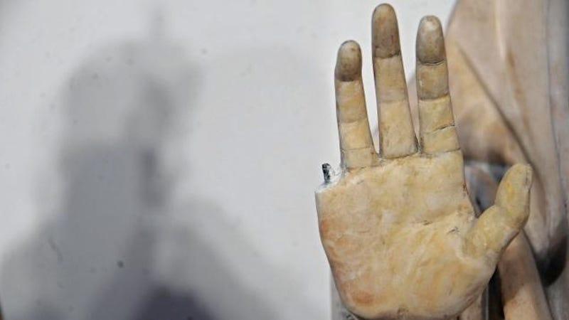 Illustration for article titled Letört ujj, levágott agyar, lepisált piszoár és szétlőtt festmény