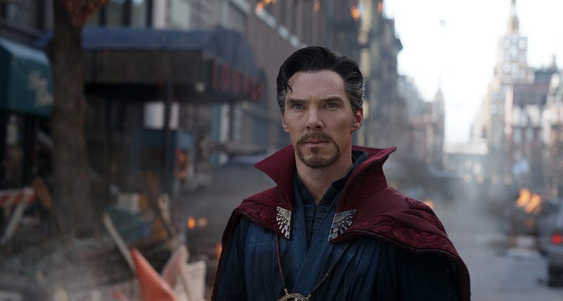Illustration for article titled Había un actor de carne y hueso interpretando a la capa de Dr. Strange en Avengers: Infinity War, y es una leyenda