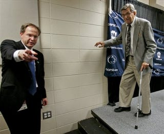 Illustration for article titled Joe Paterno And Dean Smith, Going Out On Their Own, Very Different Terms