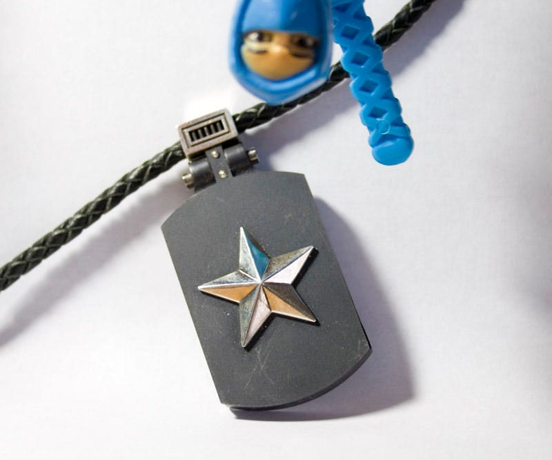 Illustration for article titled Lightning Review: Olinari Dog Tags Hold, Secure Your Flash Memory