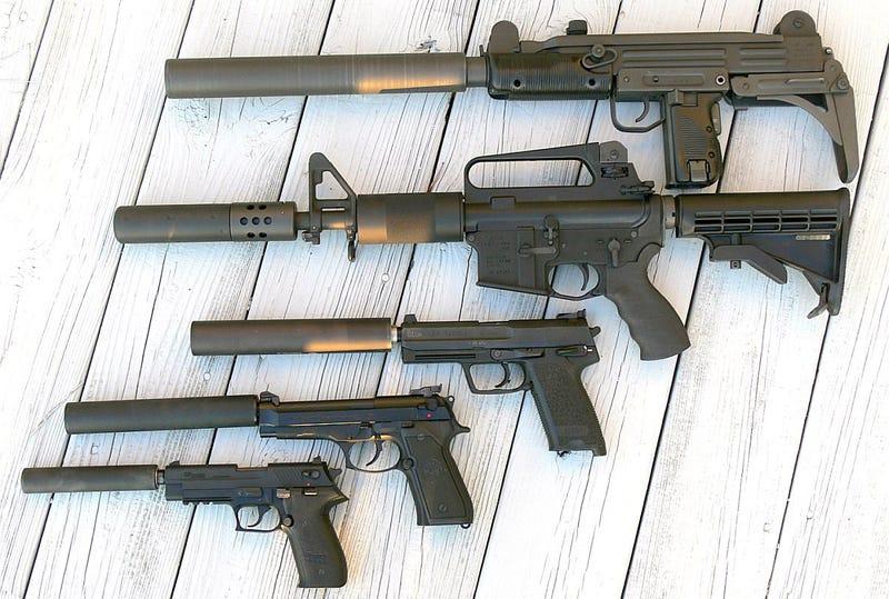 Varias armas con el silenciador instalado: Foto: Wikipedia