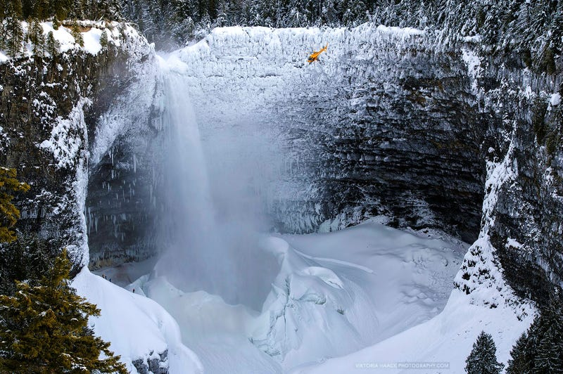 Illustration for article titled The giant Helmcken Falls must be the biggest ice machine in the world