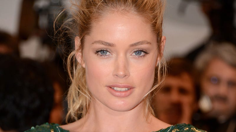 Illustration for article titled Unretouched Photos of Victoria's Secret Angel Doutzen Kroes Reveal How Much Photoshop Happens [Updated]