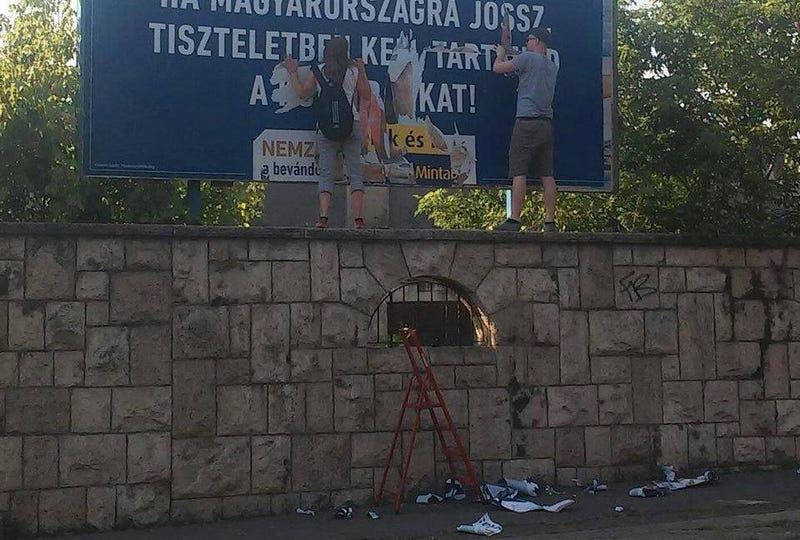 Illustration for article titled Jogerős: alkotmányos jog plakátot tépni