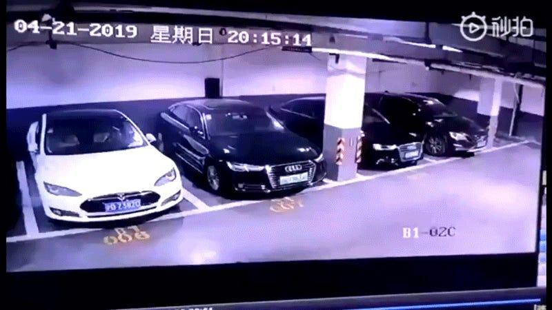 Cámaras de seguridad graban el momento exacto en el que un Tesla explota en un parking de Shanghai